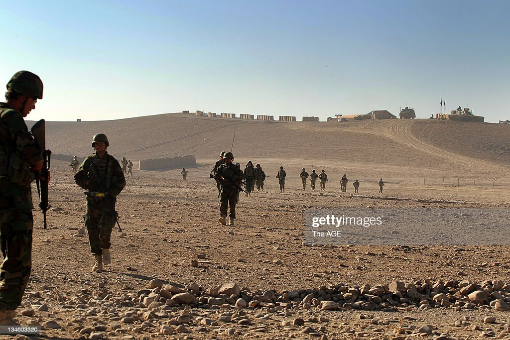 The Australian and Afghan National Army head out from their base to patrol an area of homes at : ニュース写真