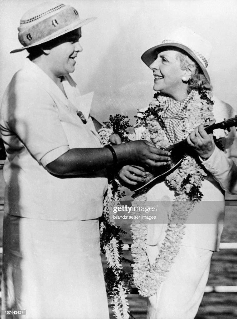 The Austrian musician (harpist) and writer Vicki Baum (1888-1960) (right) during a visit to Hawaii. About 1933. Photograph. (Photo by Imagno/Getty Images) Die österreichische Musikerin (Harfenistin) und Schriftstellerin Vicki Baum (18881960) (rechts) bei einem Besuch auf Hawai. Um 1933. Photographie.