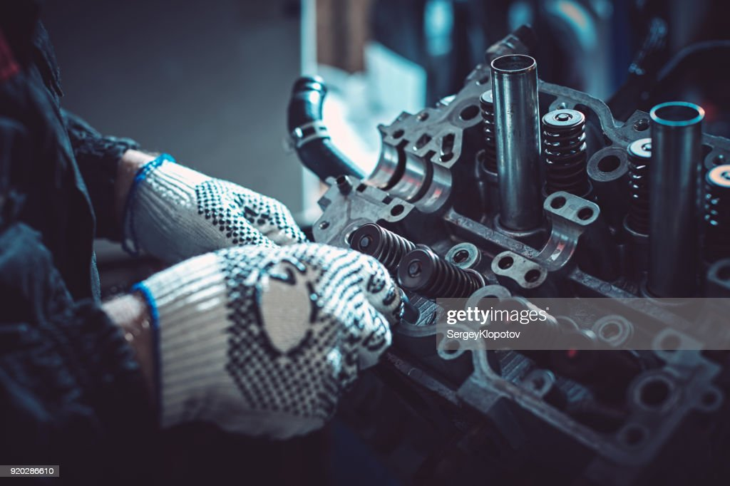 The auto mechanic deconstructs the internal combustion engine : Stock Photo