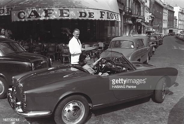 Juliette Greco And Her Alfa Romeo Juliette GRECO au volant de sa voiture décapotable Alfa Romeo Giulietta discute avec un garçon du café de Flore où...
