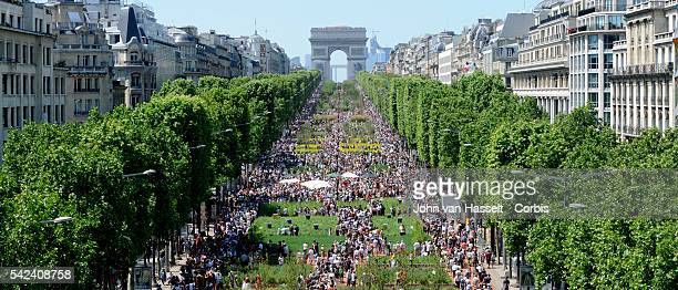 The Avenue Champs-Elysee discovers its roots for two days over a 2 km stretch where imported soil planted with natural agricultural products reminds...
