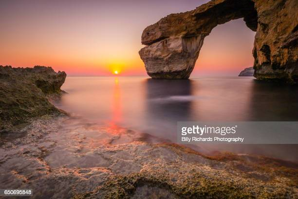 the azure window natural arch at sunset - malta fotografías e imágenes de stock