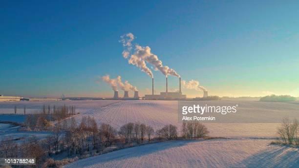 Die schlechte Ökologie. Das Kraftwerk in der Nähe von Großstadt in den kalten Wintertag. Luftbild-Drohne Foto