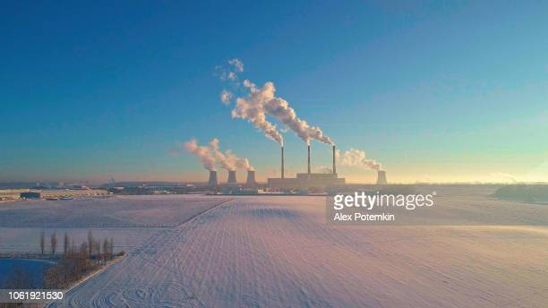 悪い生態。冬の寒い日の大都市が近く火力発電所。空中ドローン写真 - 火力発電所 ストックフォトと画像