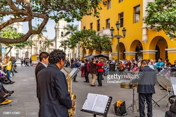 der auftritt der band am plaza de armas in lima - lima stock-fotos und bilder