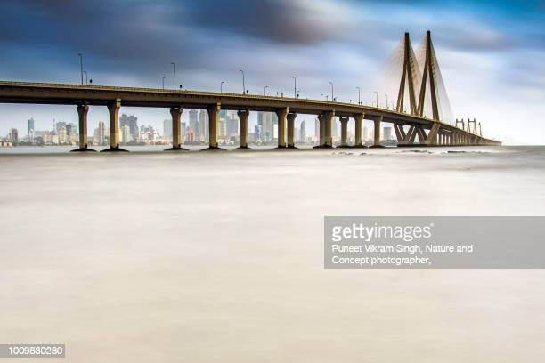 the bandra worli sea link in the backdrop of mumbai skyline - ムンバイ ストックフォトと画像