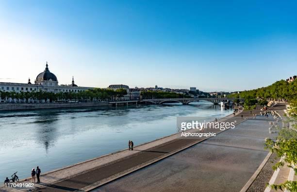 リヨンのローヌ川のほとり - ローヌ県 ストックフォトと画像