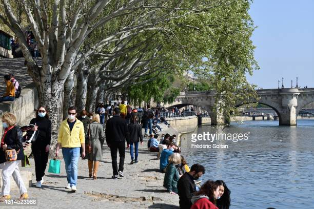 April 23 : The banks of the Seine crowded during pandemic Covid-19. People must wear a mask and respect social distancing on April 23, 2021 in Paris,...