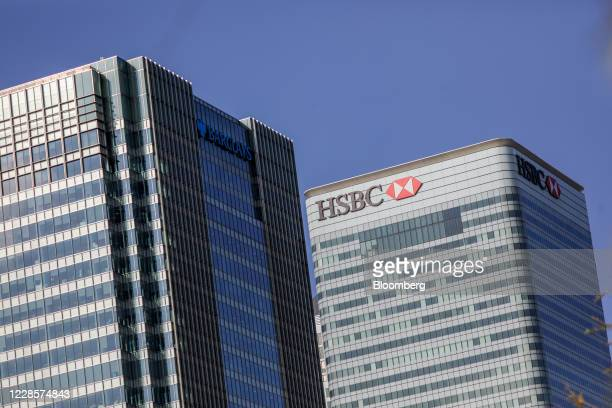 The Barclays Plc headquarters office building left and HSBC Holdings Plc headquarters office building right stand in the Canary Wharf business...