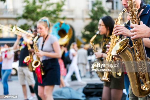 パリ、フランスで busking 裸のブラスバンド - ブラスバンド ストックフォトと画像