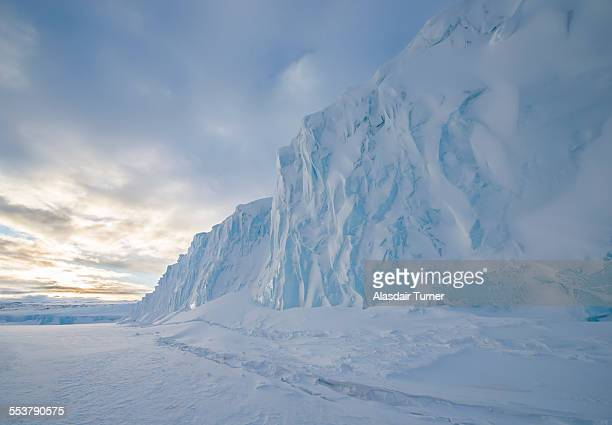 the barne glacier on ross island in the mcmurdo sound region of the ross sea, antarctica. - antarctique photos et images de collection