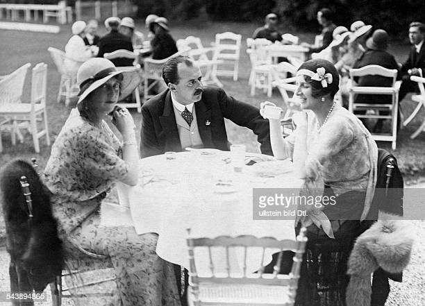 The baron and baronesse at a table with the heir to the throne Fuerstenberg 1931 Photographer WeltrundschauVintage property of ullstein bild