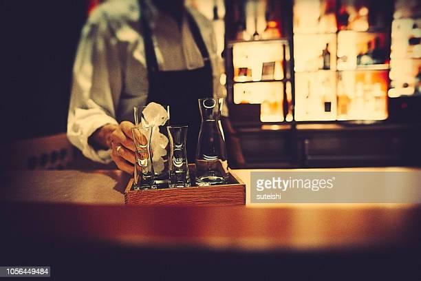 der barkeeper - bar stock-fotos und bilder