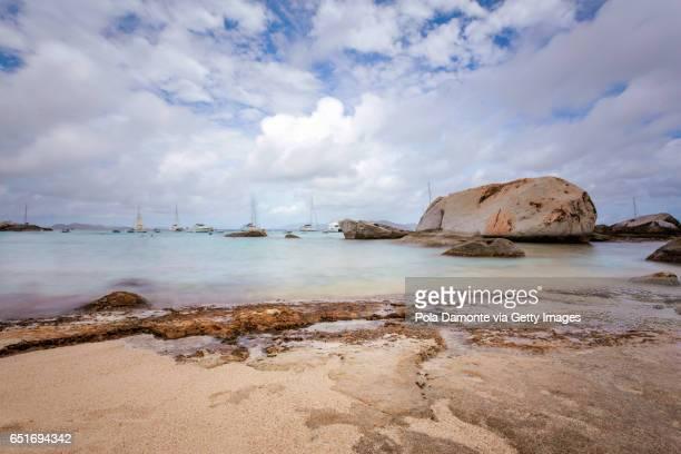 the baths beach at virgin gorda, british virgin islands - islas de virgin gorda fotografías e imágenes de stock