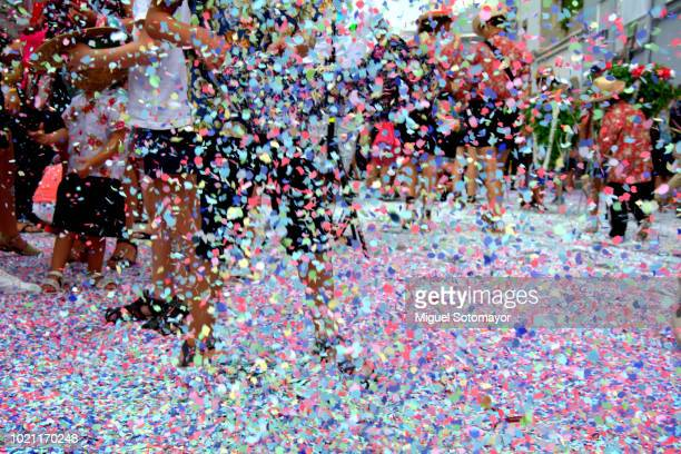 the battle of confetti - karneval stock-fotos und bilder