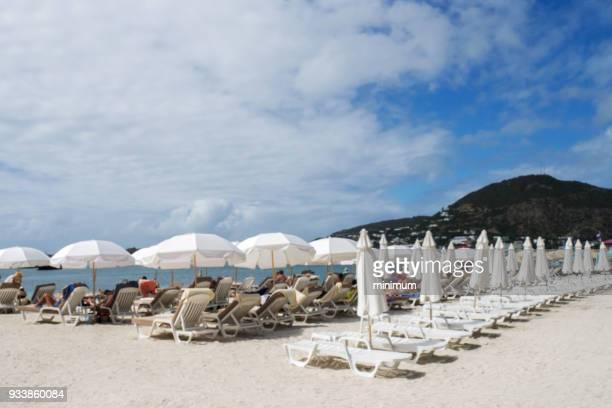 the beach at st. marrten caribbean - philipsburg sint maarten stockfoto's en -beelden