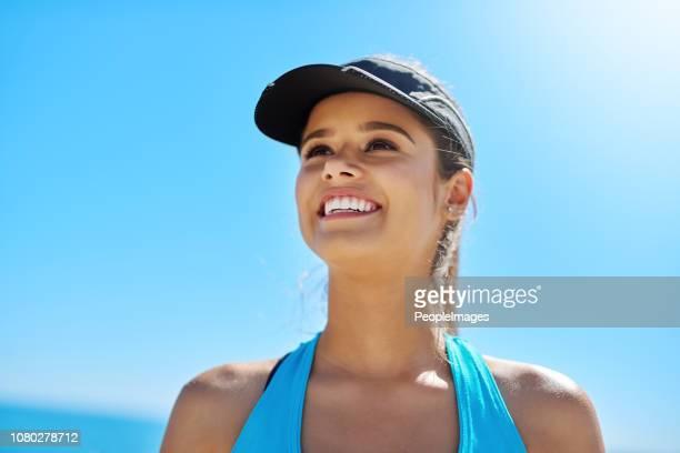 la spiaggia è il luogo perfetto per un allenamento - solo una donna giovane foto e immagini stock