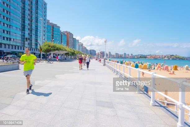 サン ロレンソ ビーチ。ヒホン。スペイン - ヒホン ストックフォトと画像