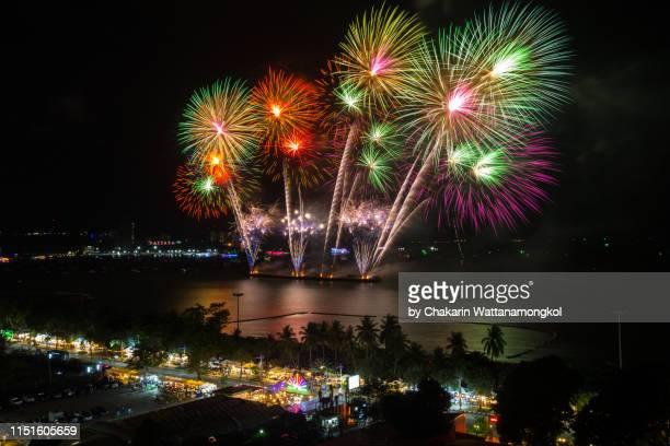 the beautiful fireworks at pattaya beach - pattaya international fireworks festival 2019. (thailand) - provinz chonburi stock-fotos und bilder