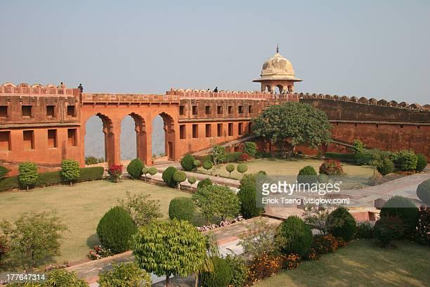 the beautiful gardens of amber fort, jaipur - amber fort stockfoto's en -beelden