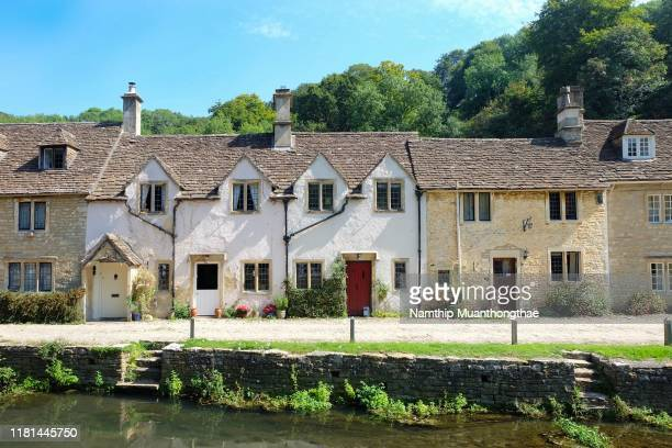 the beautiful houses in bibury village under the sunlight of the summertime in the uk - cottage stock pictures, royalty-free photos & images