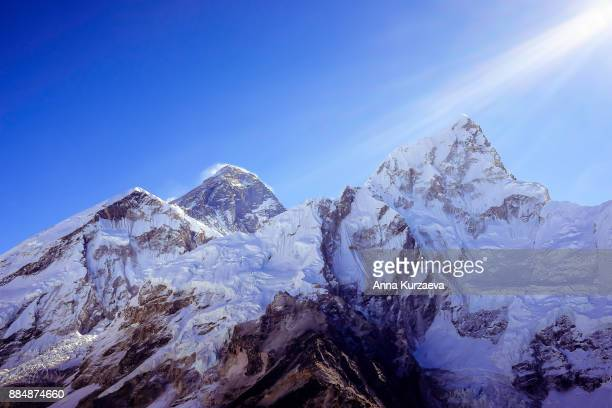the beautiful landscape with the snow mountains including mt. everest and mt. lhotse from the peak of kala patthar in himalayas, nepal - himalaya photos et images de collection