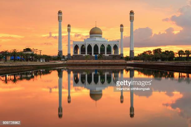 the beautiful mosque and wonderful sky - allah photos et images de collection