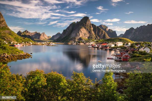 the beautiful town of reine on lofoten islands - norwegen stock-fotos und bilder