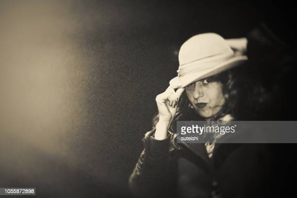 Die schöne Frau mit einem Hut.