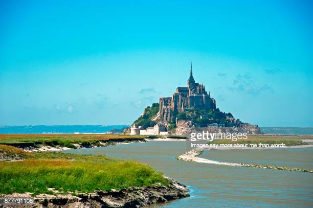 the beauty of mount saint-michel seen from afar. - unesco welterbestätte stock-fotos und bilder