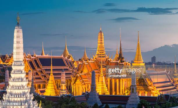 the beauty of the grand palace and phra kaew temple at sunset, bangkok, thailand the beautiful landmarks in asia temple of the emerald buddha - palast stock-fotos und bilder