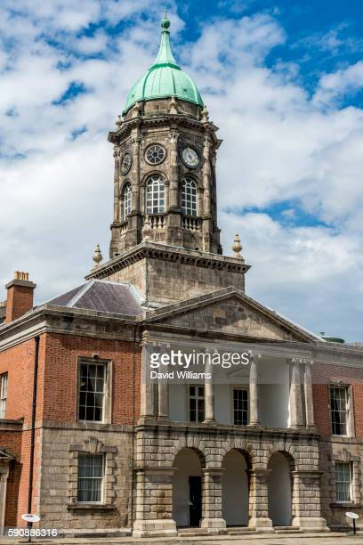 the bedford tower in dublin castle in the centrepiece of the castle's georgian courtyard flanked. - ダブリン城 ストックフォトと画像