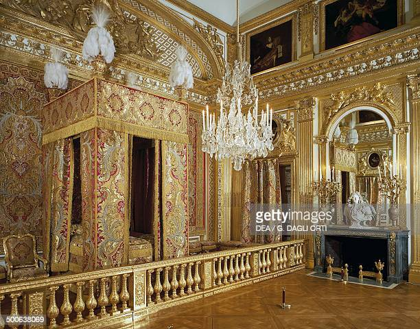 The bedroom of the king overlooking the Cour de Marbre, 18th century, Palace of Versailles , Ile-de-France, France..