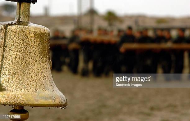 the bell is present on the beach during hell week, should a student decide he no longer wishes to continue. - navy seals de los estados unidos fotografías e imágenes de stock
