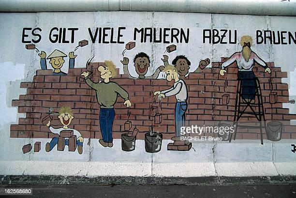 The Berlin Wall In Canvas For German Artists Berlin 1er octobre 1990 Un segment du mur couvert d'un graffiti réalisé par un artiste