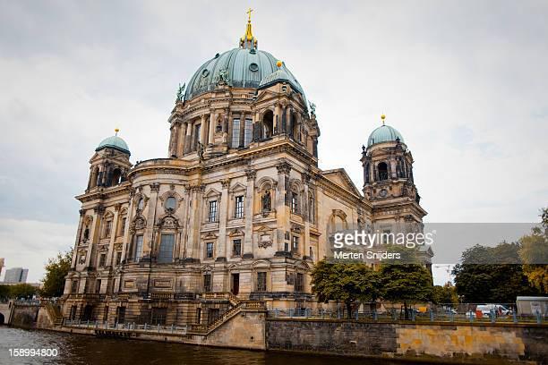 the berliner dom exterior - ベルリン大聖堂 ストックフォトと画像