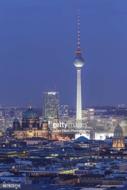 the berliner fernsehturm tv tower in central berlin. - central berlin stock-fotos und bilder