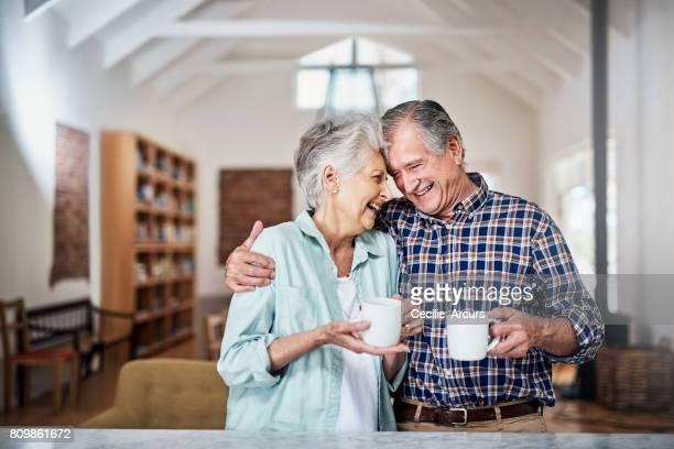 a melhor mistura de café inclui seu companheirismo - casal idoso - fotografias e filmes do acervo