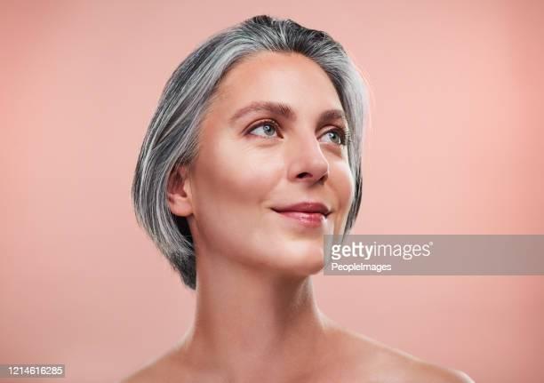 den bästa foundation du kan bära är glödande, frisk hud - medelålders kvinnor naken bildbanksfoton och bilder