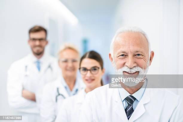 a melhor equipe de médicos que um paciente poderia precisar. - sérvia - fotografias e filmes do acervo