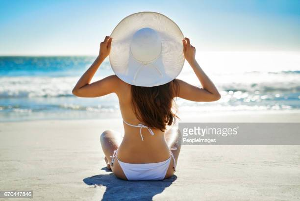 la mejor terapia es la terapia de la playa - espalda chica morena playa fotografías e imágenes de stock