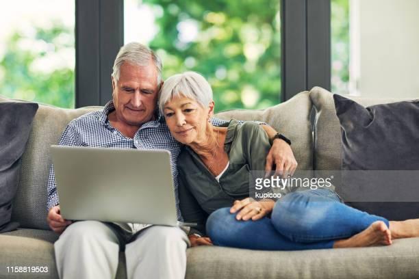 il modo migliore per trascorrere una pensione - coppia anziana foto e immagini stock