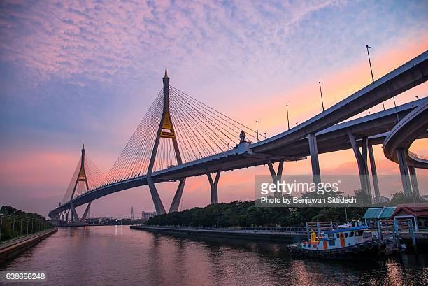 the bhumibol bridge at dusk, bangkok, thailand - association of southeast asian nations stock pictures, royalty-free photos & images