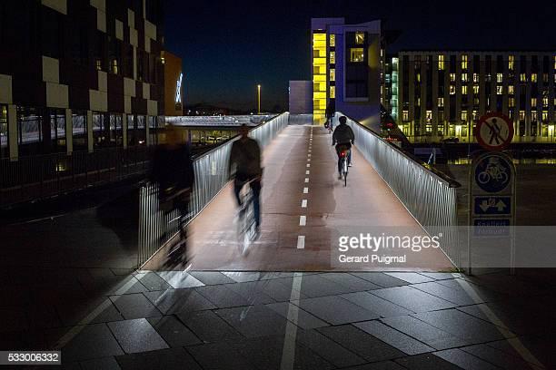 the bicycle snake over the bryggebro bridge in copenhagen - kopenhagen stock-fotos und bilder