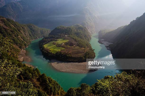 the big corner of nu river! - provinz yunnan stock-fotos und bilder