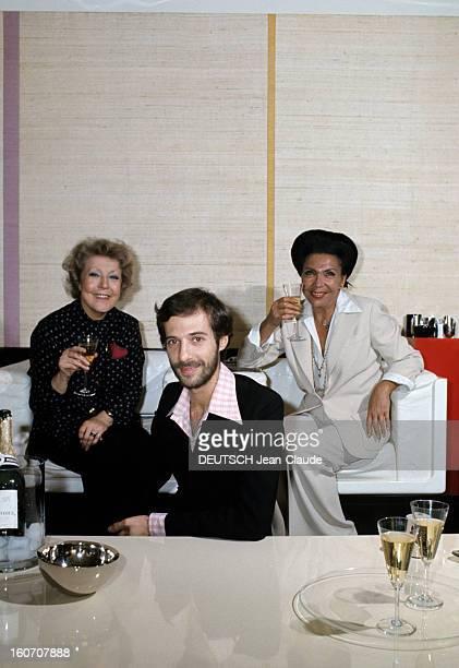 The Big Names Of Hairdressing Paris 1976 Assise dans des fauteuils blancs chacune une coupe de champagne à la main la coiffeuse Maria CARITA portant...