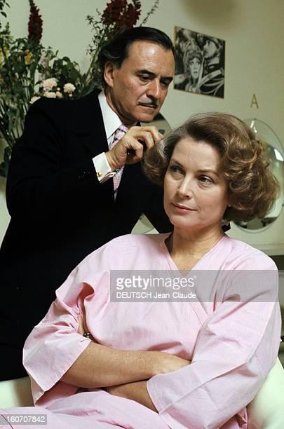 The Big Names Of Hairdressing Paris 1976 Dans son salon du faubourg SaintHonoré vêtu d'une chemise et cravate roses sous une veste noire le coiffeur...