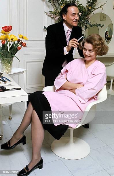 The Big Names Of Hairdressing Paris 1976 Dans son salon du faubourg SaintHonoré debout à côté d'un bouquet de tulipes dans un vase vêtu d'une chemise...