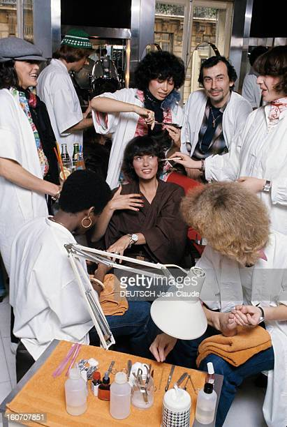 The Big Names Of Hairdressing Paris 1976 Dans un salon de coiffure vêtu d'une chemise à carreaux et d'une blouse blanche le coiffeur Jean Louis DAVID...