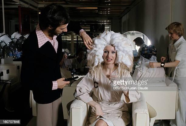 The Big Names Of Hairdressing Paris 1976 Faubourg SaintHonoré devant une coiffeuse s'occupant d'une cliente assise de dos dans le salon des soeurs...